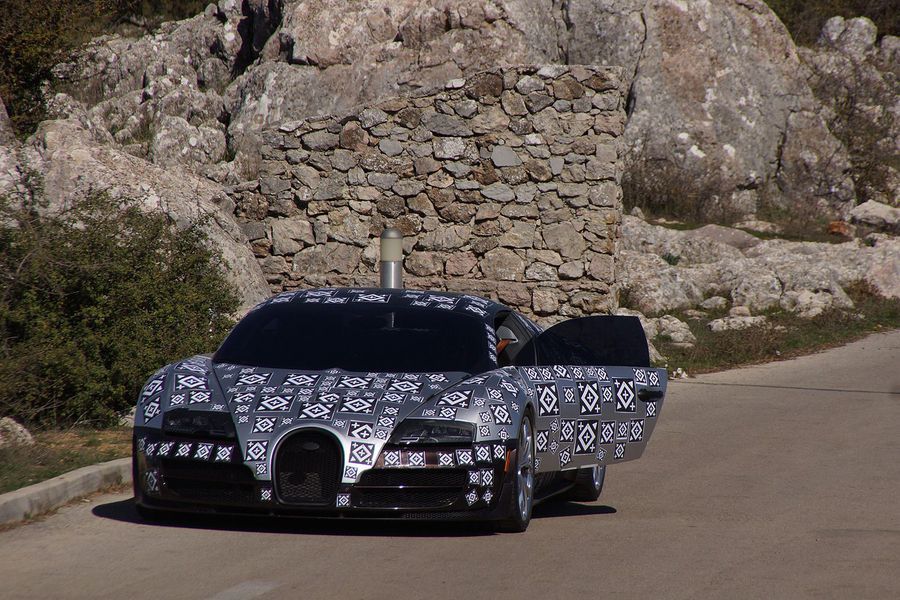 Voll verklebt, aber bereits jetzt eine Sportskanone: Der Bugatti Chiron soll 1.500 PS bekommen