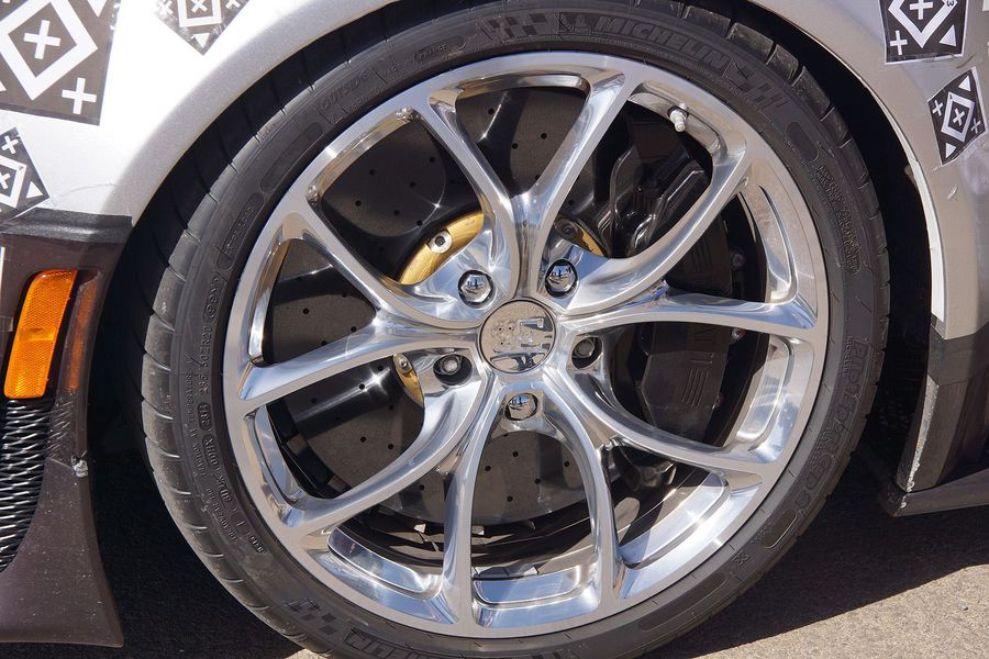 Passt so gerade: Die Bremsscheiben genehmigen sich viel Platz im Felgenbett des Bugatti Chiron