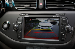Einparkhilfe: Wer seinen Nacken schonen möchte, bekommt im Kia cee'd GT Track eine Rückfahrkamera zur Seite gestellt