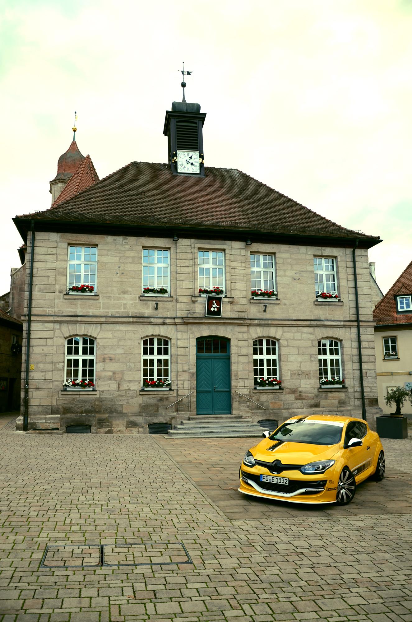 Der Renault Mégane R.S. Tour de Corse 300 vorm Rathaus in Langenzenn