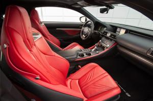 Auffällige Farbwahl im Interieur: Die Sportsitze des Lexus RC F