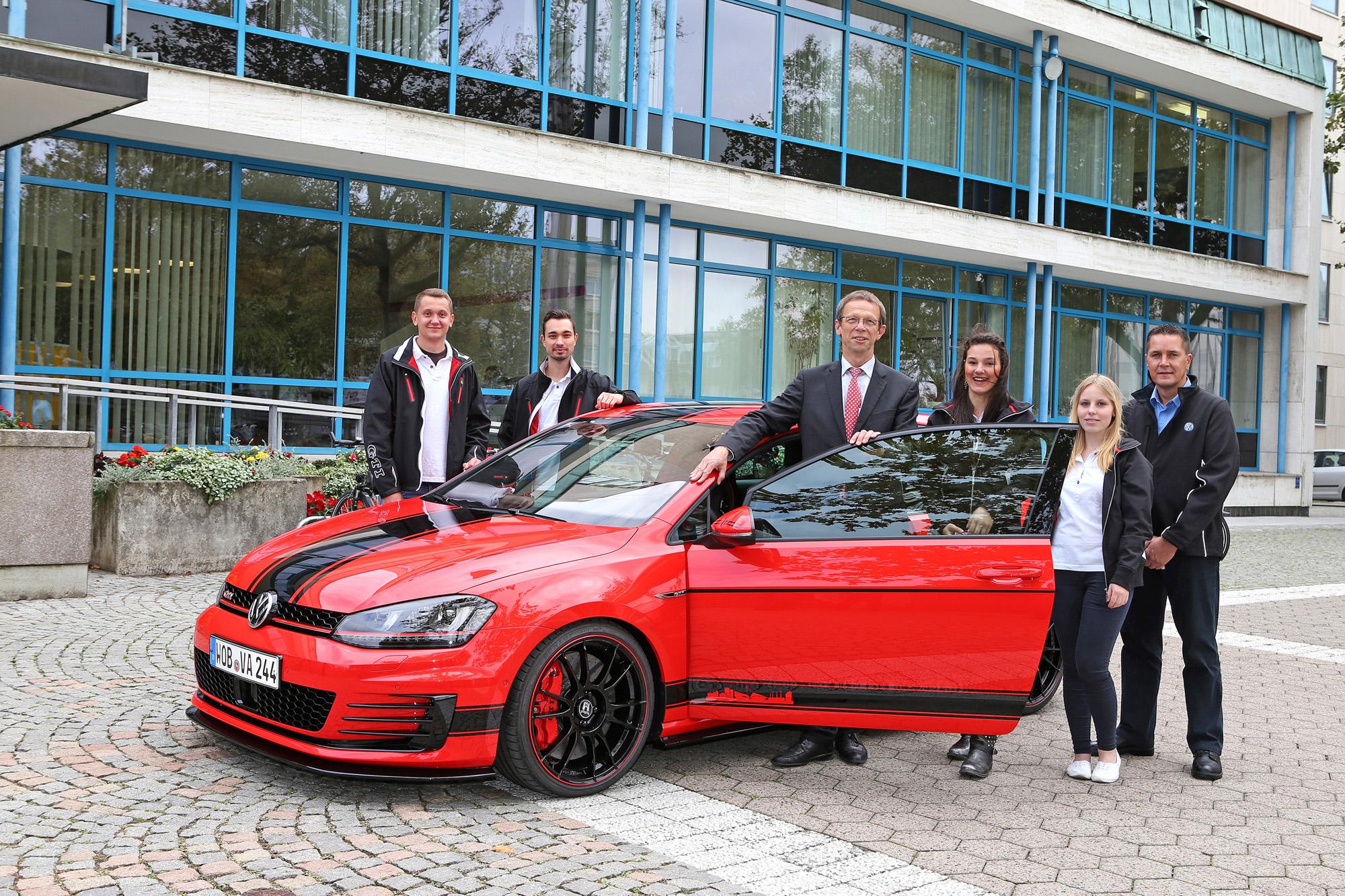 Auszubildende von Volkswagen und Sitech praesentieren Oberbuergermeister Mohrs den Golf GTI Wolfsburg Edition