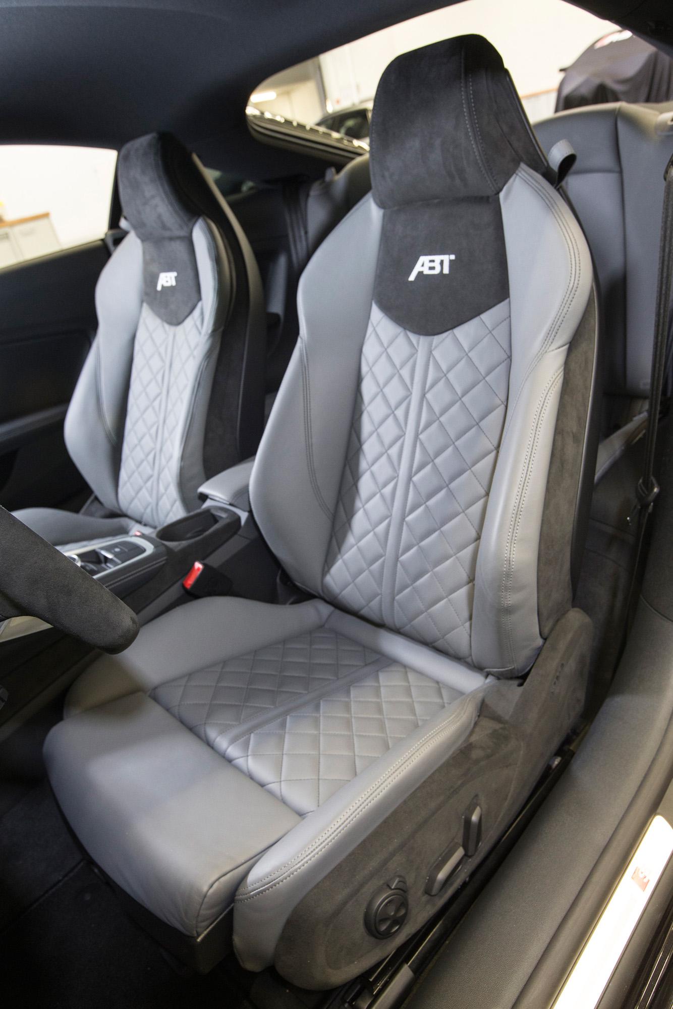 Grau und grau: Auch das Innenleben des Audi TT wird farblich so dominiert.