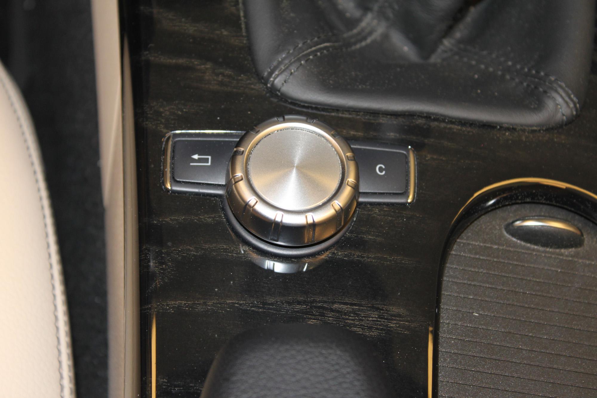 Die luukbox® von XCar-Style lässt sich bequem über die Mittelkonsole steuern.