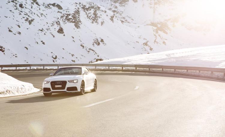 Sonnenschein trifft Schneelandschaft: Das Audi RS 5 Cabriolet ist für beides gerüstet.