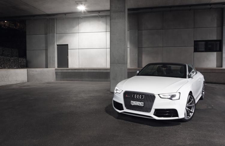 Macht optisch noch auf Understatement: Das Audi RS 5 Cabriolet in ibisweiß.