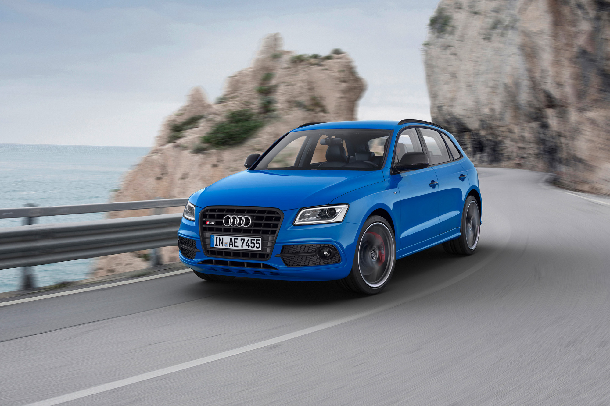 Schwungvoll durch die Kurven: Mit bis zu 360 PS und 700 Nm ein gekonntes Unterfangen für den Audi SQ5 TDI plus.