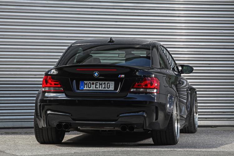 Auch ein schöner Rücken kann entzücken: Durch die 295er Pneus wirkt der BMW 1er M noch bulliger.