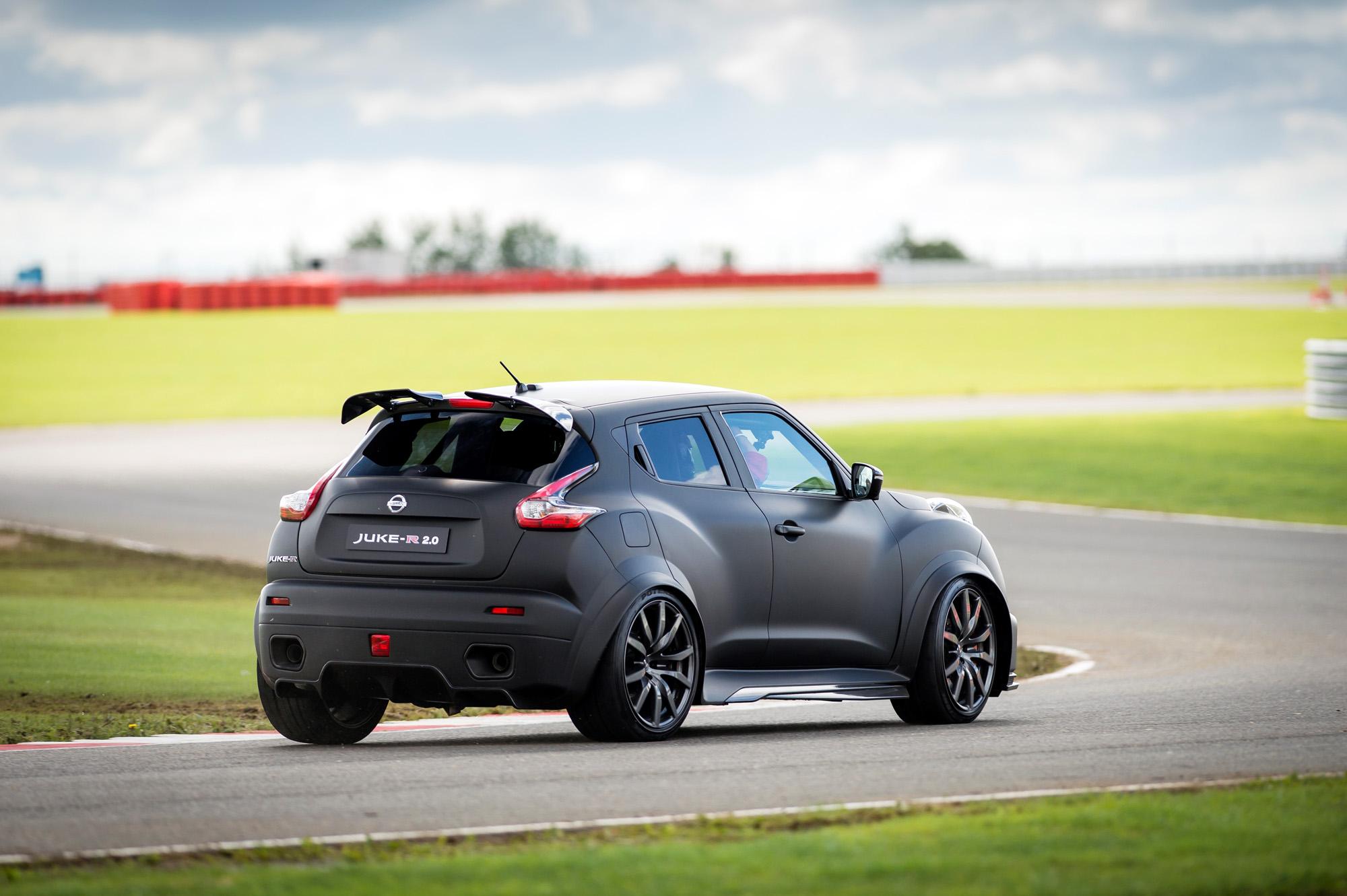 Die Endrohre verraten allerdings schnell, dass beim Nissan Juke-R 2.0 wenig der Normalität entspricht.