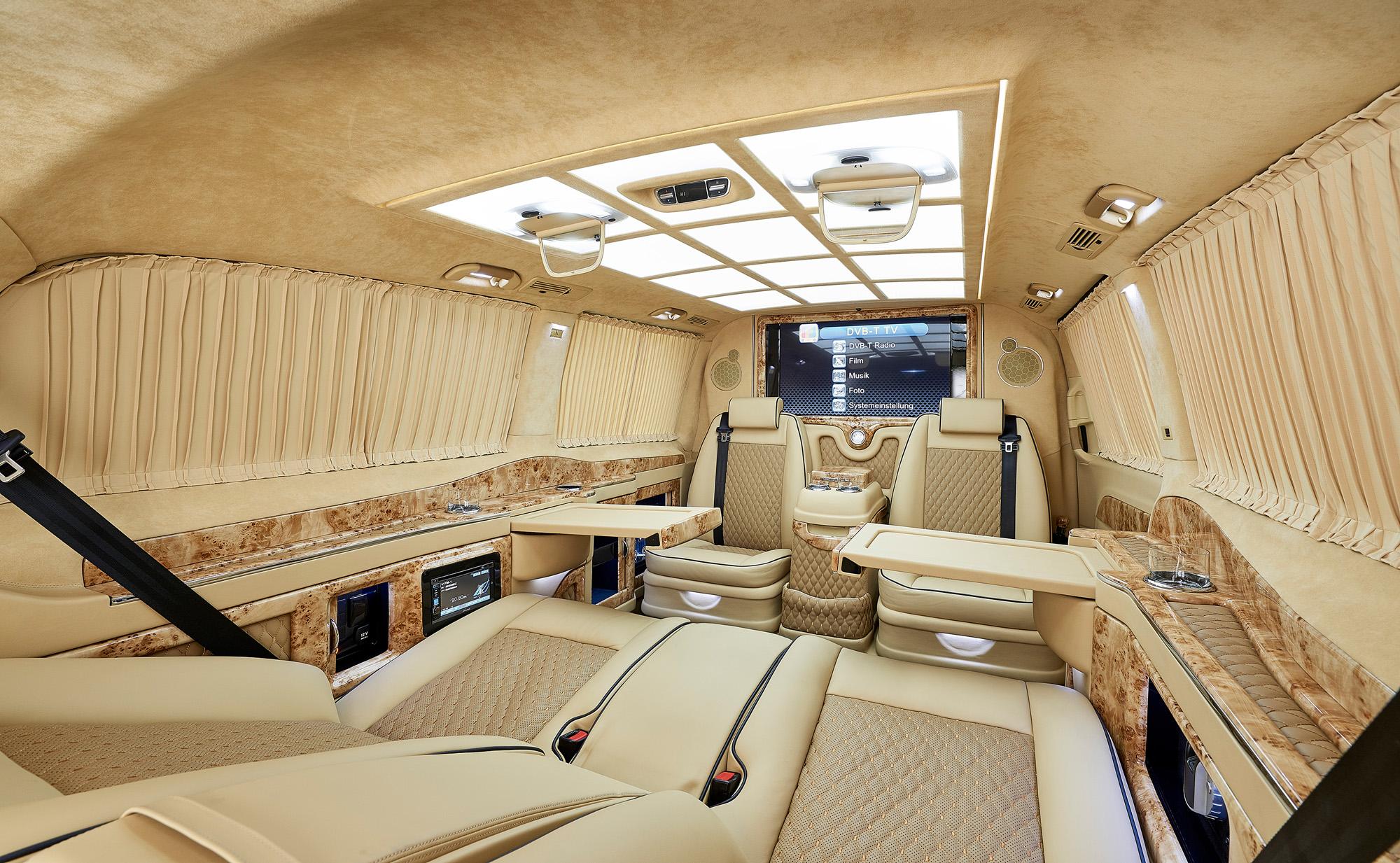 Lädt zum Verweilen aber nicht zum Rasen ein: Das Wohnzimmer in der Mercedes V-Klasse Black Crystal.