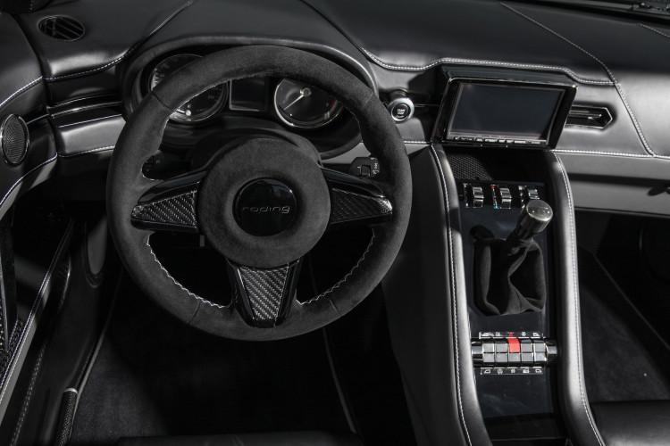 Lädt ein zum Durchstarten: Das Cockpit des Roding Roadster R1.