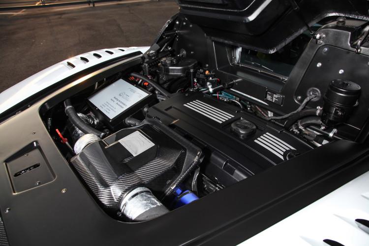 Die Leistungsdaten immer im Blick: Die Abdeckung des R1-Triebwerks von BMW spricht für sich.