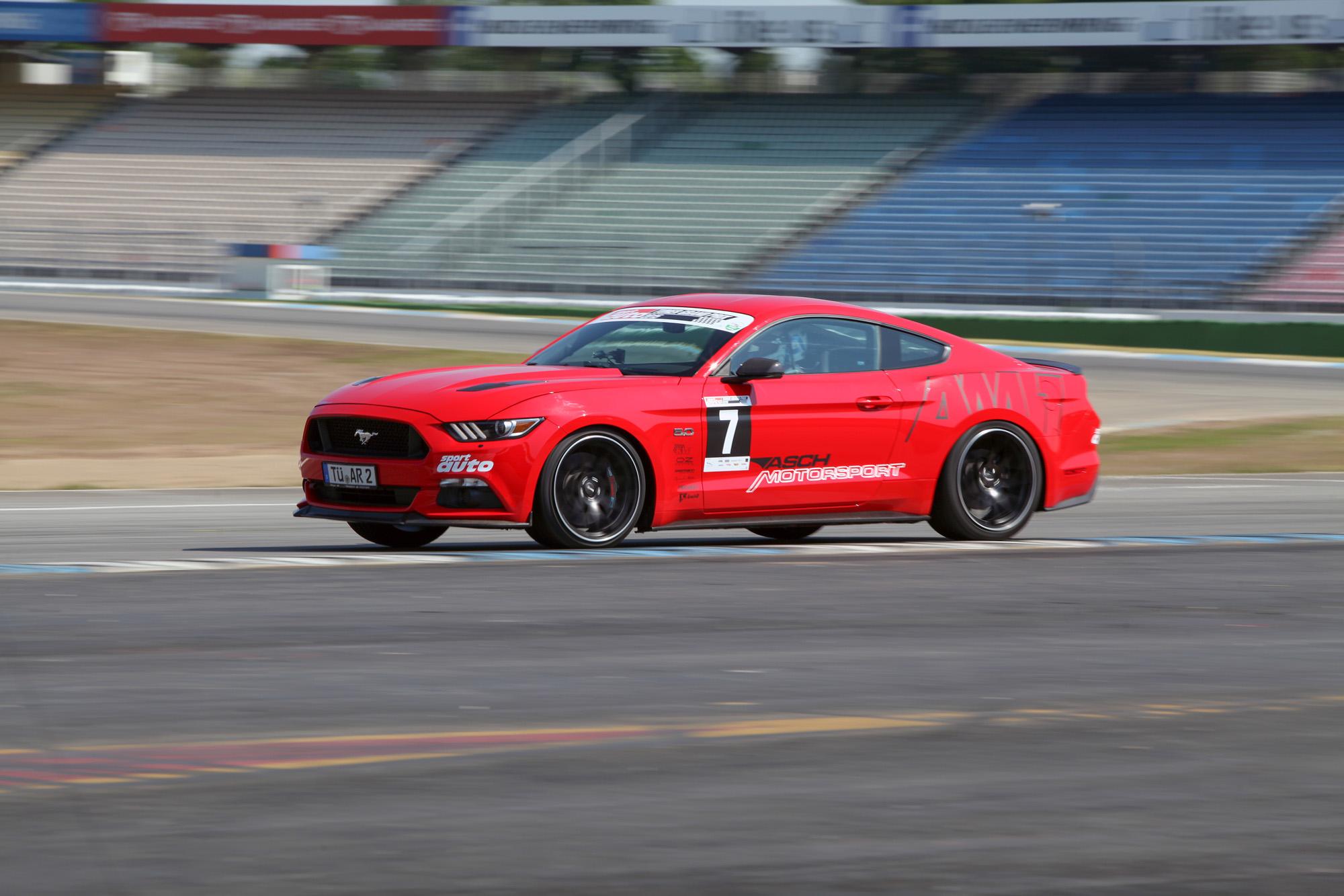 """Dank des neuen Clubsport-Fahrwerks kann der Ford Mustang auch etwas in die """"Hocke"""" gehen."""