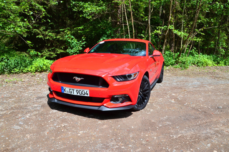 Die rote Pracht: Der Ford Mustang GT im serienmäßigen Fastback-Look.
