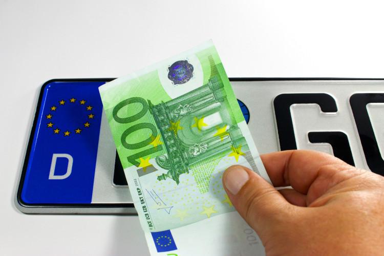 Eine teure Anschaffung, die gerne mit einem Autokredit finanziert wird: Das Traumgefährt. © L Vista / pixelio.de