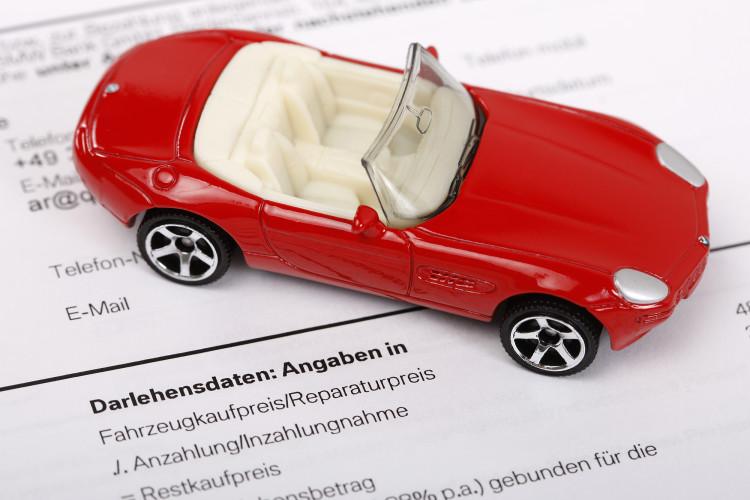 Manch einer bezieht seinen Autokredit direkt über den Verkäufer, andere gehen zu einem unabhängigen Institut. © Q.pictures / pixelio.de
