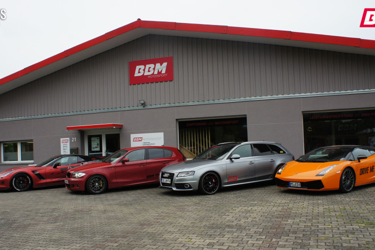 Alle versammelt in Reih und Glied: Die BBM Motorsport-Karossen.
