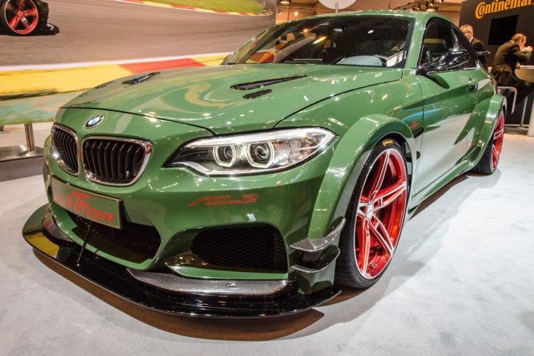 Giftig in der Optik: Dieser BMW M2 namens ACL2 von Tuner AC Schnitzer greift auf exotische Felgen zurück.