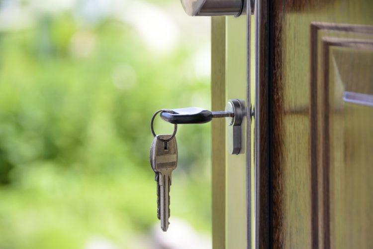Ein seriöser Schlüsseldienst hilft nicht nur Zuhause sondern auch beim PKW. / Credit: pexels.com - WDnet Studio