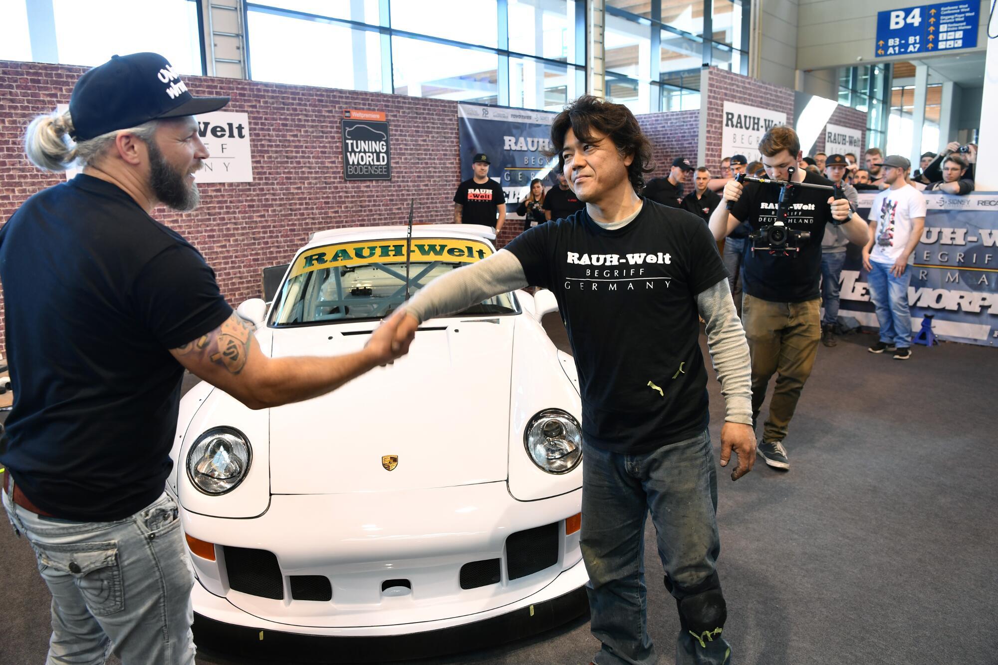 Das geht Hand in Hand: Sidney Hoffmann und sein Retro-Porsche-Umbau im RWB-Style.