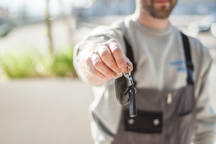Im Falle von Verlust oder Diebstahl des Autoschlüssels, kann ein Schlüsseldienst goldwert sein.