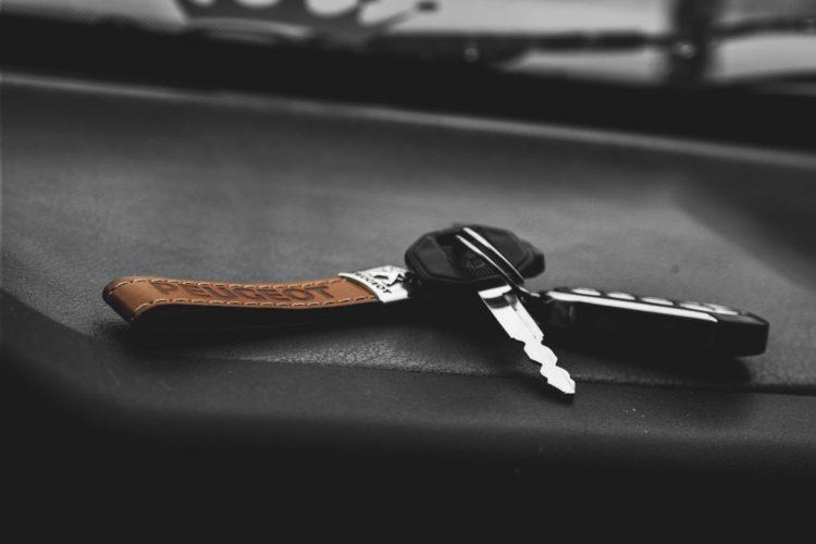 Im Fahrzeug liegen gelassen: Ohne Autoschlüssel in der Tasche ist man schnell aufgeschmissen.